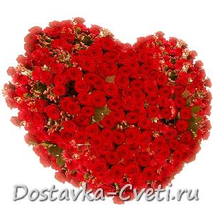 Сердце из алых роз