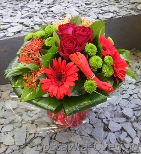 Букет из роз Акито, фрезий и зелени